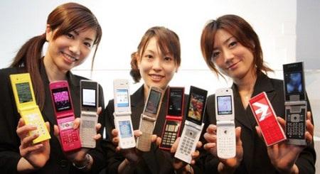 """""""Chuyện lạ"""" tại Nhật Bản: Thị phần điện thoại nắp gập tăng, smartphone sụt giảm"""