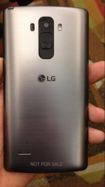 Mặt sau của LG G4 vẫn sử dụng chất liệu nhựa xước giả kim loại