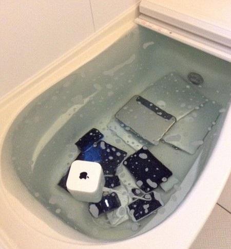 """Loạt thiết bị Apple """"ngâm mình"""" trong bồn tắm"""