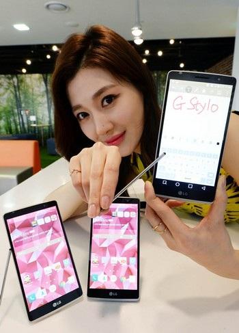LG G Stylo được trang bị kèm theo viết stylus và hỗ trợ thẻ nhớ tối đa lên đến 2TB