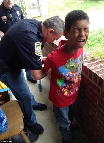 Gương mặt hoảng sợ của cậu bé Sean khi bị cảnh sát bắt giữ