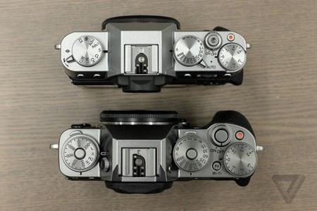 X-T10 (trên) nhỏ và gọn hơn X-T1 (dưới)