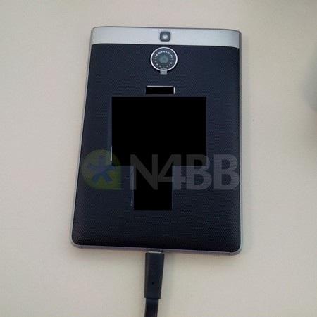 Mặt sau của sản phẩm được phủ một lớp cao su như trên BlackBerry Z3 hay Leap