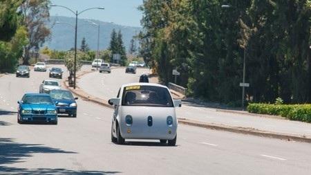 Chiếc xe tự lái của Google lăn bánh trên đường công cộng.