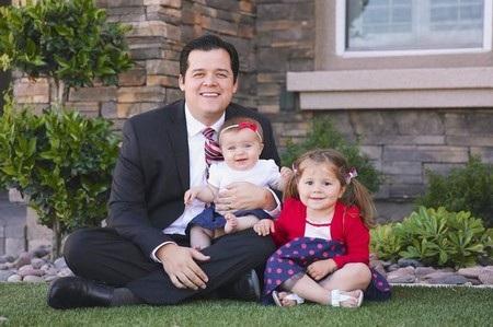Brian Stucki với cô con gái út Samm và một cô con gái khác của mình