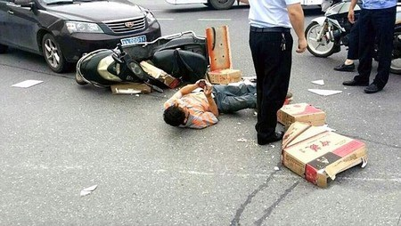 Người đàn ông vẫn bình thản sử dụng điện thoại di động sau khi bị tai nạn