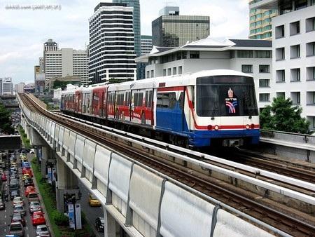 Hệ thống tàu điện đô thị trên cao của Bangkok có tên gọi BTS Skytrain.