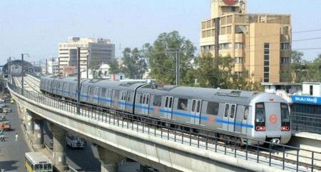Hệ thống tàu điện đô thị trên cao Delhi Metro (bang Delhi) vận hành từ năm 2002.