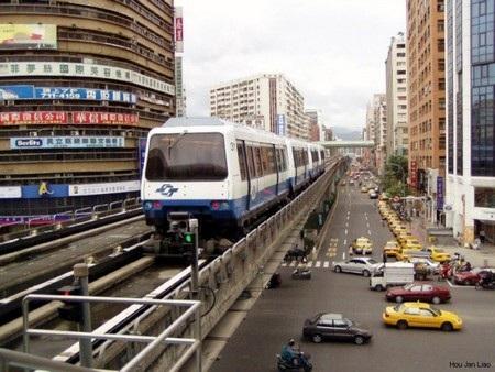 Hệ thống đường sắt này được đưa vào hoạt động từ năm 1996.
