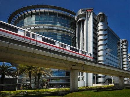 Có 113 ga trên toàn tuyến, phục vụ gần 2,9 triệu lượt khách mỗi ngày.