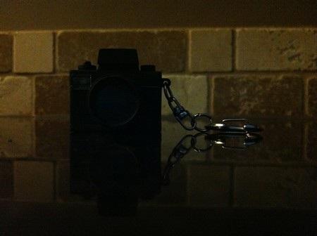 Ảnh chụp bằng iPhone 3GS thậm chí còn tối hơn và không nhìn thấy rõ chi tiết nào trên đối tượng.