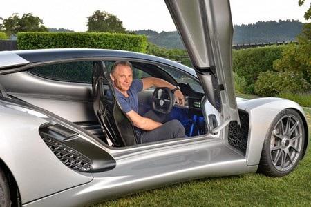 Kevin Czinger - CEO kiêm nhà sáng lập Divergent Microfactories ngồi trong chiếc siêu xe Blade