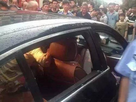 Lực lượng cứu hỏa phá vỡ kính xe để cứu đứa trẻ bất chấp sự từ chối của người mẹ