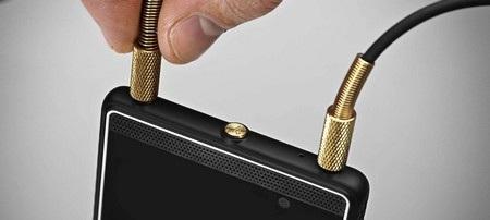 London là chiếc smartphone đầu tiên của Marshall, hỗ trợ đồng thời 2 giắc cắm phone