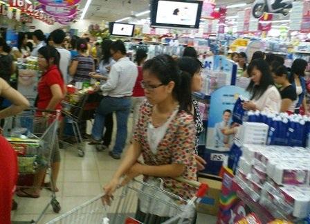 Bỏ chợ, người dân chen chân mua sắm tại siêu thị