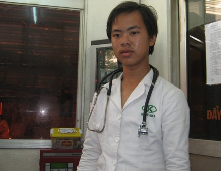 Kẻ giả danh bác sĩ Nguyễn Thanh Bá Sang cùng tang vật