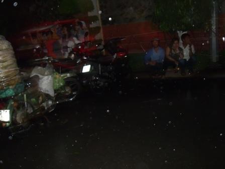 Cơn mưa chỉ quét qua nhưng nước cũng lênh láng trên đường.