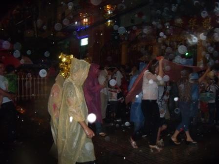 Nhiều nam thanh nữ tú vẫn đội mưa đi chùa cầu duyên