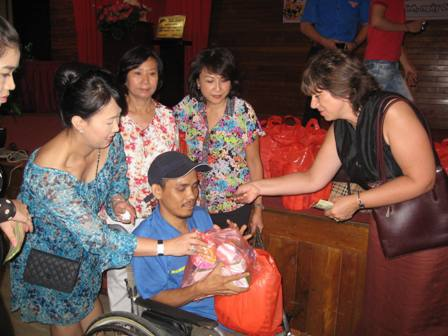 Phu nhân các Tổng lãnh sự trao yêu thương cho bệnh nhân nghèo