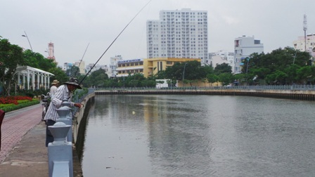 Hoạt động đánh bắt cá diễn ra nhộn nhịp bất chấp việc lệnh cấm