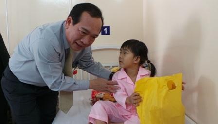 Ông Huỳnh Công Hùng, Trưởng ban Văn hóa Xã hội HĐND thành phố thăm bệnh nhi ung bướu