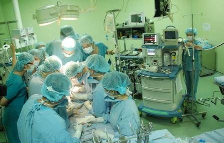 Kịch tính cuộc mổ lên đỉnh điểm khi phát hiện mạch máu nối hai quả tim