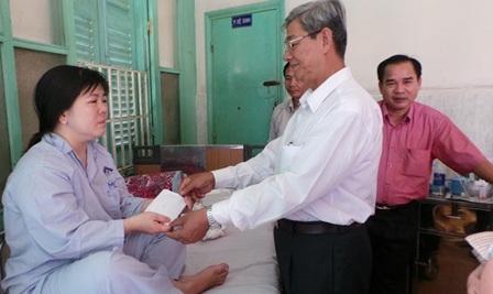 Lãnh đạo huyện Thanh Bình hỗ trợ 2 triệu đồng đến các thầy cô gặp nạn