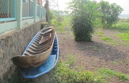 Hai chiếc ghe học sinh tại Lộc Ninh dùng để chèo ra hồ