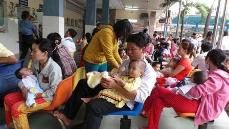 Ngồi chen chúc chờ khám bệnh có thể khiến trẻ bị nhiễm chéo sởi