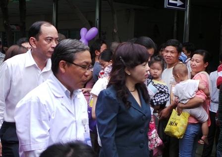Bộ trưởng Kim Tiến rẽ lối giữa dòng bệnh nhân