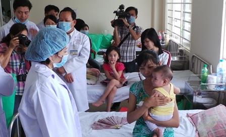 Bộ trưởng thăm hỏi bệnh nhi tại bệnh viện quận Bình Tân