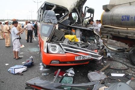 Chiếc xe khách chạy từ phía sau tông thẳng vào đuôi xe bồn