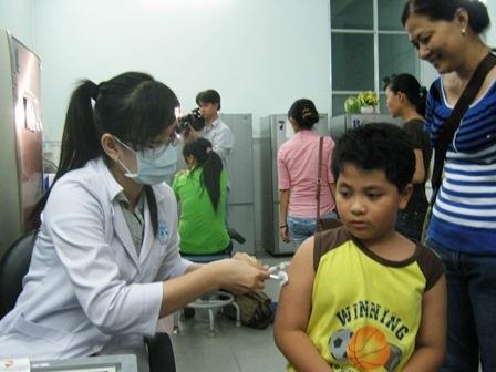 Trẻ đến tiêm vắc-xin tại Viện Pasteur TPHCM
