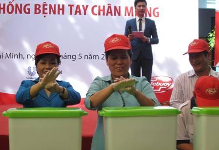 Bộ trưởng Kim Tiến (bên trái) kêu gọi cộng đồng rửa tay để phòng bệnh