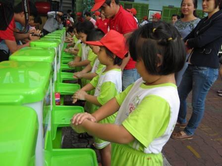Học sinh trường Tiểu học Kỳ Đồng tham gia chiến dịch rửa tay do Bộ Y tế phát động