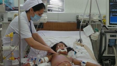 Bệnh nhi ngụ tại Bình Phước đang được cấp cứu tích cực