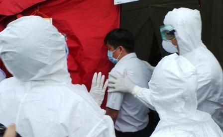Bệnh nhân được đưa vào khu vực khử trùng