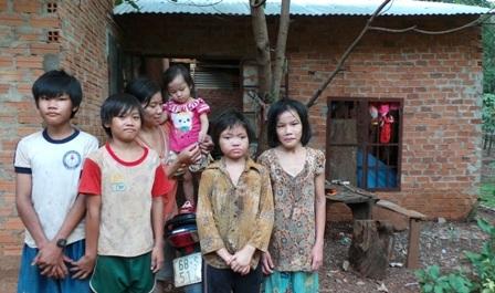 Mẹ và 5 anh chị em của Hảo trước căn nhà họ đang sinh sống