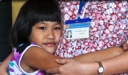 Hảo quấn quýt bên bà Mỹ Hạnh, Giám đốc Trung tâm nuôi dưỡng