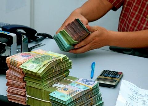 Hàng loạt ngân hàng có dấu hiệu huy động vượt trần lãi suất - 1