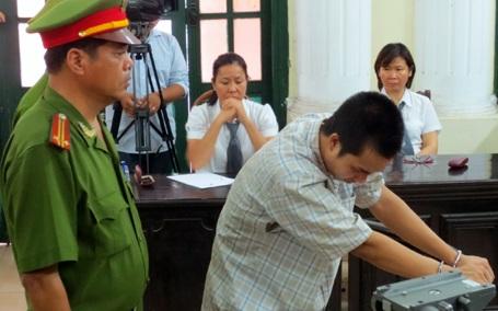 Bị cáo Đặng Trần Hoài đang nghetuyên án