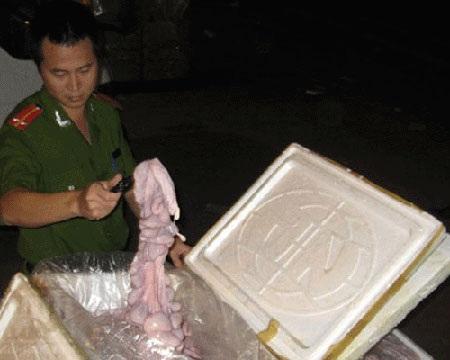 Số tràng lợn phát hiện đã bốc mùi hôi thối.