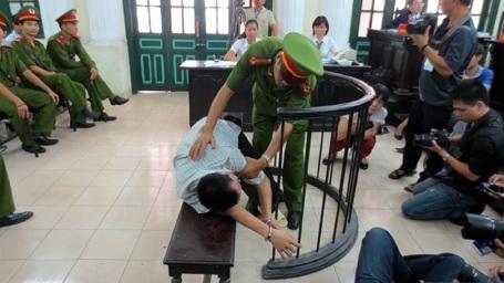 Bị cáo lăn lộn tại tòa