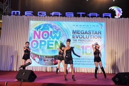 Thảo Trang trình diễn hết mình mừng MegaStar Pandora City khai trương