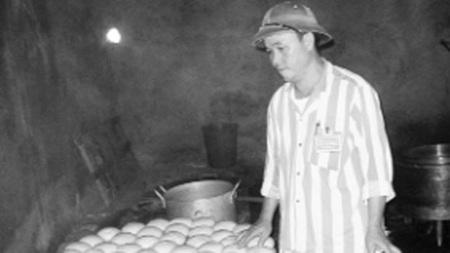 Phạm Minh Sơn kiểm tra lại khẩu phần bữa sáng cho các phạm nhân