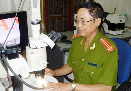 Trung tá Nguyễn Quốc Khánh lặng lẽ và cần mẫn với công việc.