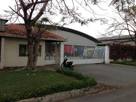 Cổng sau công ty Vinawood, nơi nghi phạm làm nhiệm vụ bảo vệ lấy hàng loạt xe máy rồi bỏ trốn.