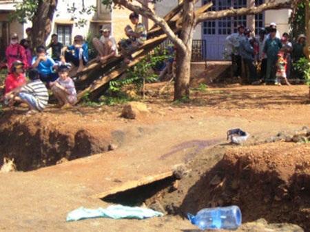 Rất nhiều người dân trong khu vực phẫn nộ trước việc Đào chém chết vợ vào sáng 2-5.