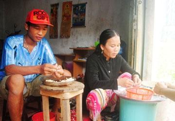 Hào Anh giúp mẹ lột tỏi thuê tại nhà riêng của mình ở phường 8, TP Cà Mau. Ảnh: TRẦN VŨ