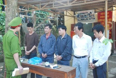 Ông Phan Tiến Sĩ (thứ 2 bên phải) bị cách chức hiệu trưởng vì hành vi đánh bạc có tổ chức.
